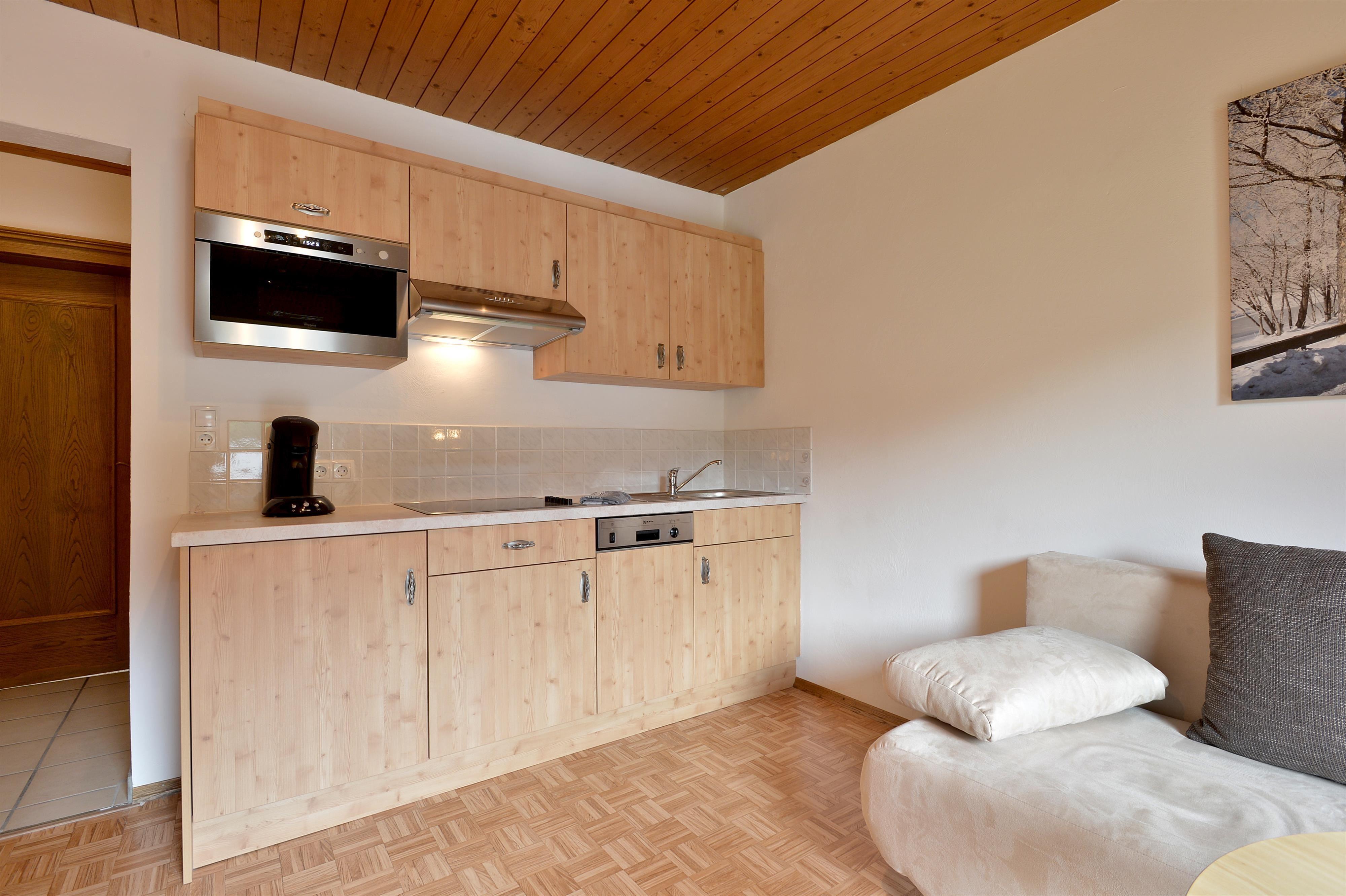 2 betten in einem schlafzimmer möglich 3 eine gemütliche wohnzimmer und küche mit e herd kombi mikrowelle backofen geschirrspüler kühlschrank